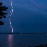 在一条河的雷暴在晚上,醒目的光 免版税库存照片