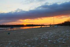 在一条河Dnieper的明亮的日落在冬天 免版税库存图片