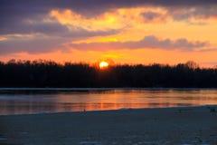 在一条河Dnieper的明亮的日落在冬天 库存照片