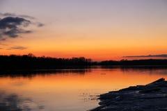 在一条河Dnieper的明亮的日落在冬天 免版税库存照片