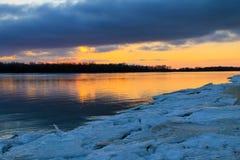 在一条河Dnieper的明亮的日落在冬天 库存图片