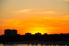 在一条河Dnieper的橙色日落在Kremenchug 免版税库存照片