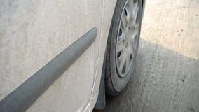 在一条泥泞的路的车胎