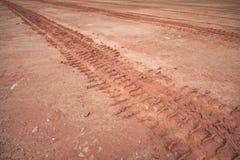 在一条泥泞的路的轮胎轨道 免版税图库摄影