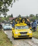 在一条泥泞的路的Mavic汽车 免版税库存图片