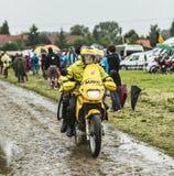 在一条泥泞的路的Mavic自行车 图库摄影