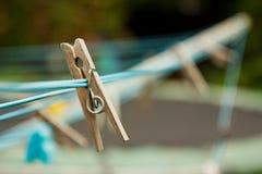 在一条洗涤的线路的木服装扣子 库存图片
