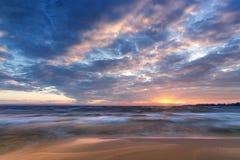 在一条浪潮起伏的河的清早日出 免版税库存图片