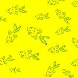 在一条海洋样式绿色鱼的一个时髦的青年夏天样式在黄色背景 免版税库存照片