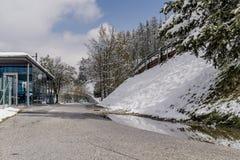 在一条涂焦油路上的积雪的堤防 免版税库存图片