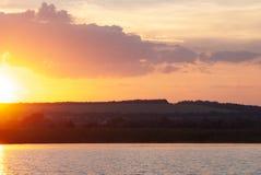 在一条混乱的河的清早日出,理想主义的风景 免版税库存照片