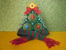 在一条温暖的羊毛围巾的圣诞节冷杉木 库存图片