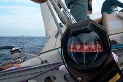在一条游艇小船的指南针每蓝色夏天海海洋天 库存图片