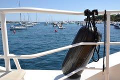 在一条游艇的小船防御者在港口 免版税库存照片