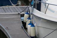 在一条游艇的防御者在小游艇船坞 免版税库存图片