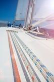 在一条游艇的绳索有木细节的 免版税库存照片