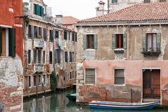 在一条狭窄的威尼斯式运河的停放的小船有轮的 免版税库存图片