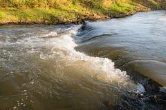 在一条狭窄的小河的小测流堰从关闭 库存照片