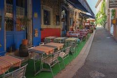 在一条狭窄的街道上的一个小咖啡馆在Vallon-Pont-d'Arc镇  库存图片