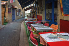在一条狭窄的街道上的一个小咖啡馆在Vallon-Pont-d'Arc镇  免版税库存照片