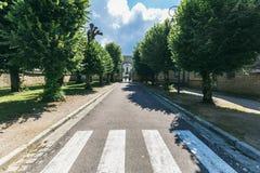 在一条狭窄的街道上的行人交叉路 免版税图库摄影