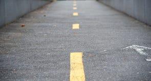 在一条狭窄的街道上的黄线 免版税库存照片