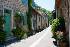 在一条狭窄的街道的中世纪石大厦在山村在法国的Drome地区 免版税图库摄影