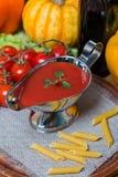 在一条白汁小船的西红柿酱有新鲜的成份的 库存照片