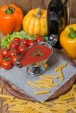 在一条白汁小船的西红柿酱有新鲜的成份的 免版税图库摄影