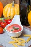 在一条白汁小船的西红柿酱有新鲜的成份的 免版税库存图片