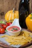 在一条白汁小船的西红柿酱有新鲜的成份的 免版税库存照片