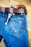 在一条皮带下的左轮手枪 库存图片