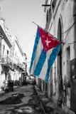 在一条破旧的街道的古巴标志在哈瓦那 库存照片