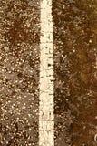 在一条破裂的柏油路的一条老空白线路 图库摄影