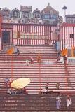 在一条神圣的印地安河旁边的清早 库存图片