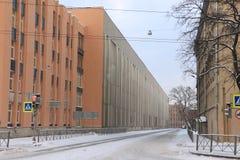 在一条离开的冬天城市街道上的暴风雪 库存图片