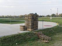 在一条离开的工业柏油路的被折叠的板台 免版税库存图片