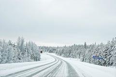 在一条积雪的路的卡车向Kuolio在北极的芬兰 库存照片