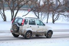 在一条积雪的路的汽车在高暴风雪以后在莫斯科 免版税库存照片
