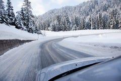 在一条积雪的路的汽车 免版税库存照片