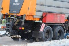 在一条积雪的路的积雪的清除机器在高暴风雪以后在莫斯科 库存照片