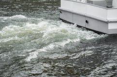 在一条移动的小船后的波浪 图库摄影