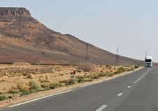 在一条空的路的美好的desertic风景在Merzouga摩洛哥 图库摄影