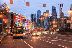 在一条繁忙的莫斯科街道上的晚上视图在购物和娱乐中心Evropeysky旁边 免版税库存图片