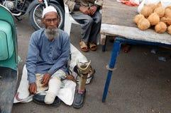 在一条繁忙的路的印地安病和有残障的叫化子寻找的帮助 图库摄影