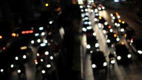 在一条繁忙的路的车在晚上 免版税图库摄影