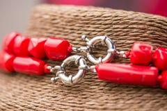 在一条红珊瑚石头和水晶项链的银色钩子 免版税库存图片