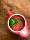 在一条红色鱼的惊人的红颜色夏天西瓜鸡尾酒滚保龄球 免版税库存图片