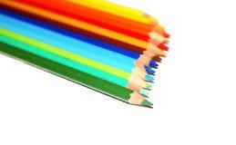 在一条线的五颜六色的铅笔 免版税库存照片