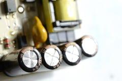 在一条线的四台电容器在电路板 免版税库存图片